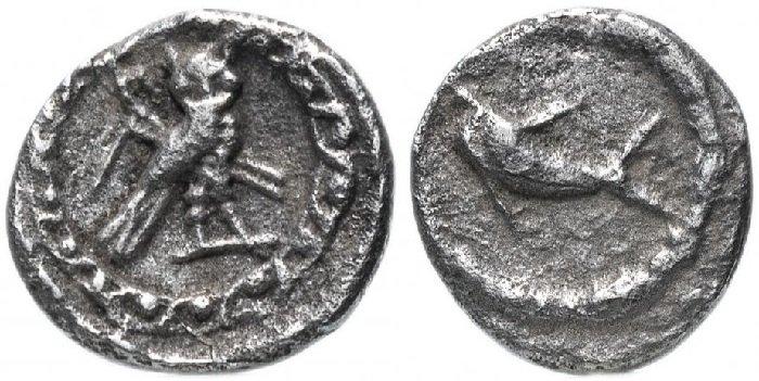 Серебряная монета с совой и дельфином, номинал 1/16 шекеля (обол), Финикия, г. Тир, 393-311 гг. до н.э. На реверсе отчеканена сова, на фоне крюк и цеп, на аверсе – дельфин