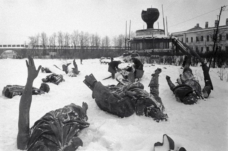 Памятник «Тысячелетие России» в г. Новгород в феврале 1944 года