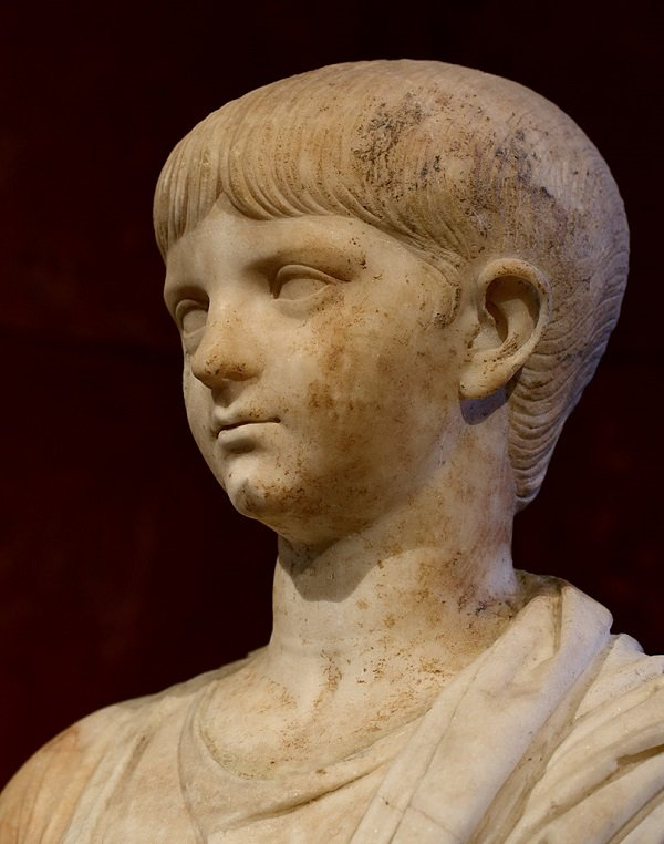 Статуя Нерона в 13-летнем возрасте в тоге. (фрагмент) Мрамор. Около 50 года. Лувр. Фото И.А. Шурыгина