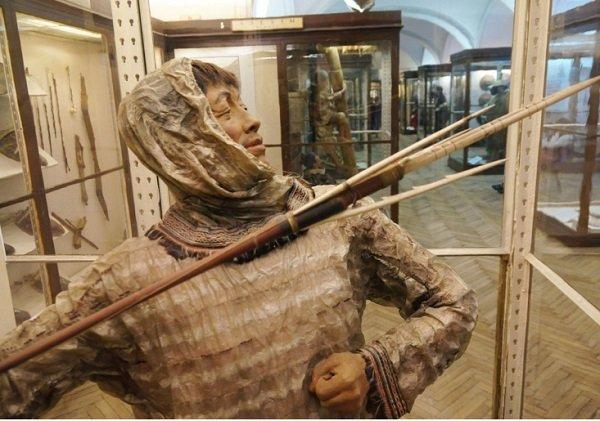 Алеут-охотник с гарпуном в одежде из тюленьих кишок. Экспозиция Кунсткамеры в Санкт-Петербурге