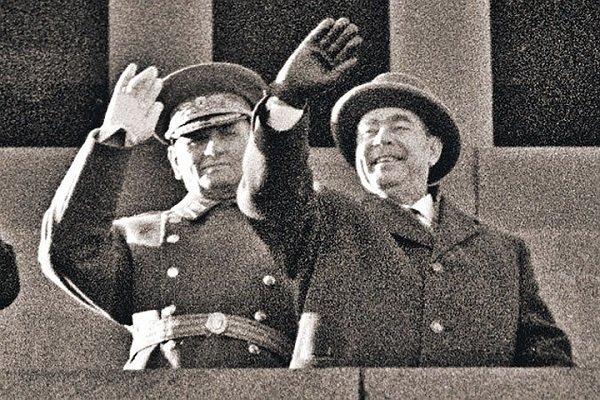 Генеральный секретарь ЦК КПСС, председатель Президиума Верховного Совета СССР Л.И. Брежнев и министр обороны А.А. Гречко на трибуне Мавзолея. 1967 г.