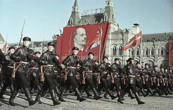 Историческая часть Парада в честь 50-летия Октябрьской революции. Москва. Красная площадь. 1967 год