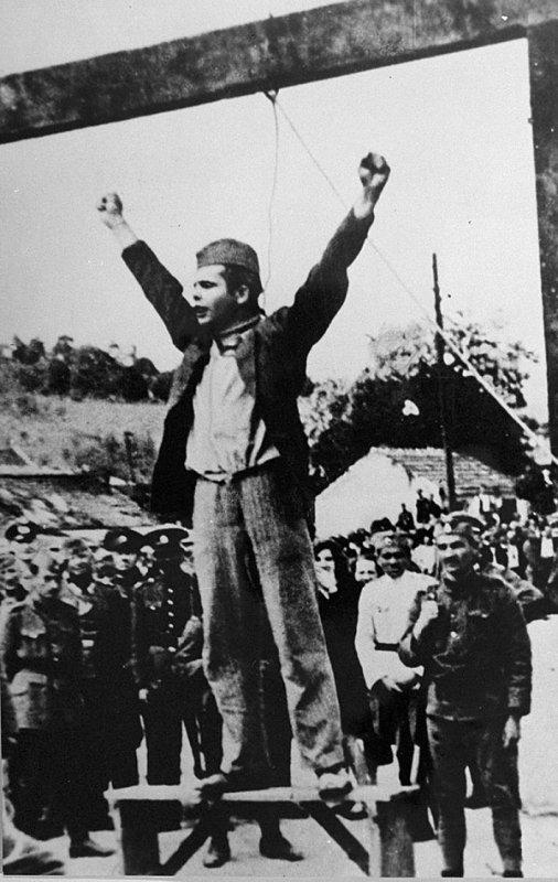 Коммунист Степан Филипович произносит слова «Смерть фашизму, свобода народу!» за несколько секунд до своей смерти от рук фашистских палачей. 22 мая 1942 года