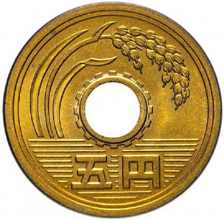 Отверстие, оформленное в шестерню на монете номиналом 5 иен. 1979 год. Император Хирохито. Монетный двор в Осаке. Латунь