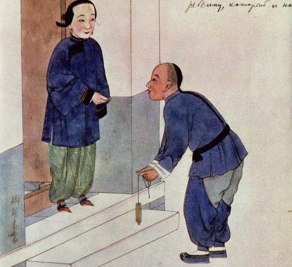На рисунке XIX века изображен китаец со связкой монет в руке. Рисунок из монографии Быкова А.А. «Монеты Китая». – 1969