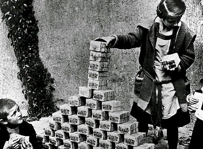 Немецкие дети играют с пачками обесценившихся денег