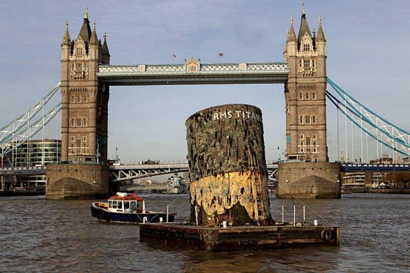 Транспортировка реплики четвертой трубы «Титаника» по Темзе , 2010 год