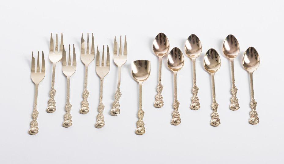 купить Набор столовых приборов с фигурными ручками в виде цветов на 6 персон (13 предметов), сплав металла, золочение, Китай, 1990-2020гг.