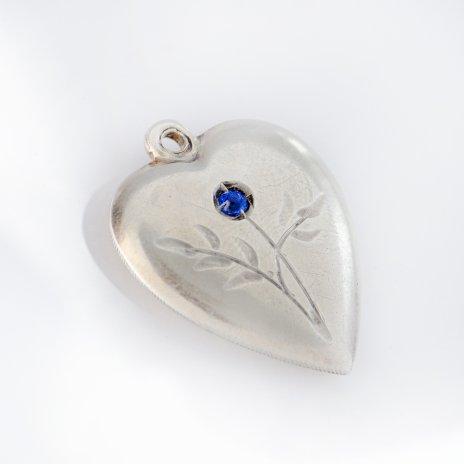 купить Кулон в форме сердца с вставкой из камня и гравировкой,  серебро 875 пр.,  СССР, 1970-1990 гг.