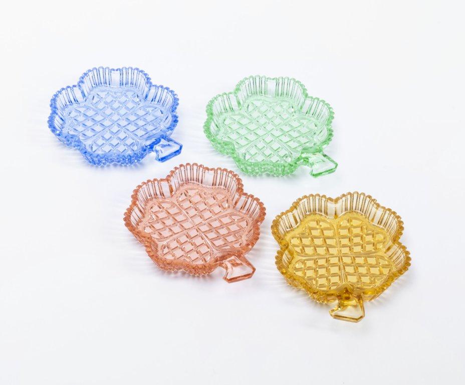 купить Набор из четырёх разноцветных розеток в виде четырёхлистников, цветное стекло, гранение, Чехословакия, 1970-1990 гг.