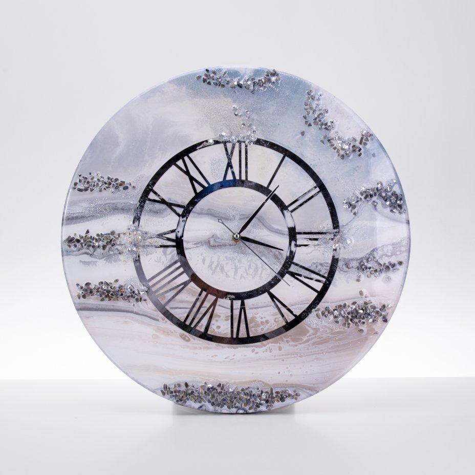 """купить Часы настенные """"Серебристый иней"""", авторская ручная работа в технике Resin Art, Глянцевое 3D покрытие, натуральный камень, Россия, 2021 г."""