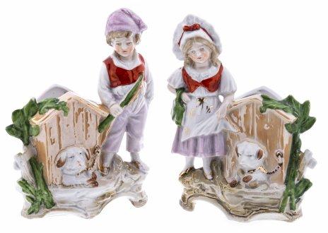 купить Статуэтки-вазочки парные в виде фигур детей стоящих рядом с собачьими будками, фарфор, роспись, люстр, Западная Европа, 1970-1990 гг.