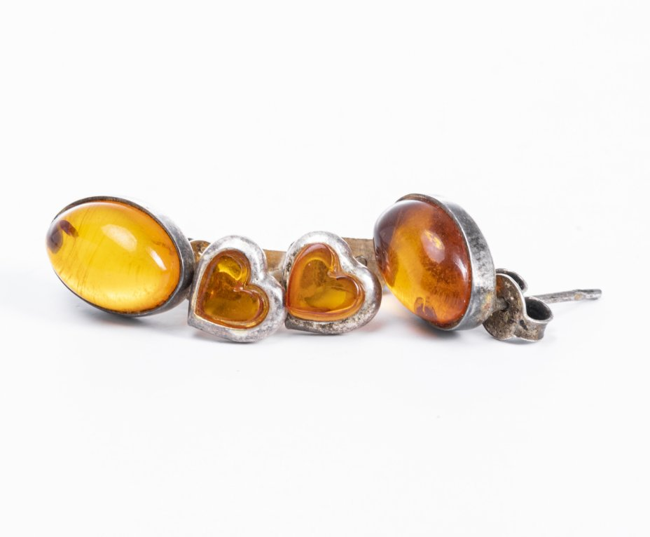 купить Набор пуссетов со вставками из янтаря, в набор входят овальные серьги и серьги в виде сердечек, металл, янтарь, СССР, 1970-1990 гг.