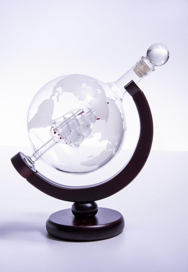 """купить Декантер в виде глобуса на деревянной подставке в коробке, стекло, сплав металла, дерево, фирма """"Magicmag"""", Россия, 2000-2015 гг."""