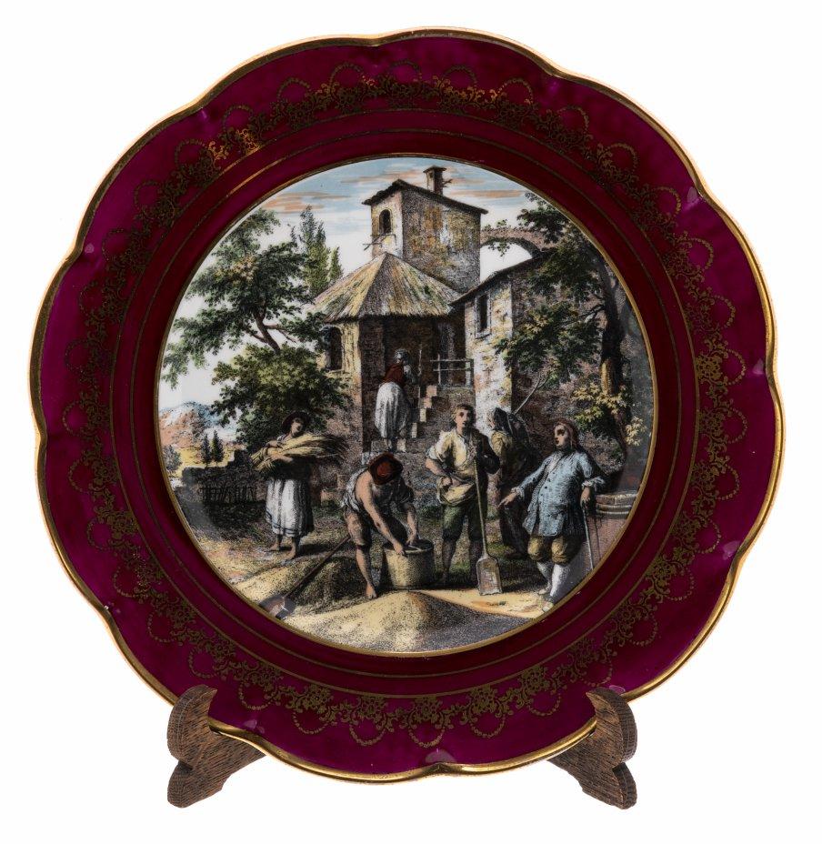 купить Тарелка декоративная с изображением сцены из сельской жизни, фарфор, деколь, золочение, дерево (подставка), Limoges, Франция, 1960-1980 гг.