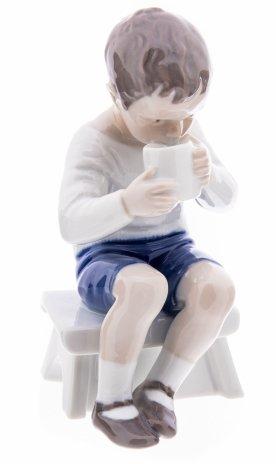 """купить Статуэтка """"Мальчик пьёт молоко"""", фарфор, роспись, мануфактура """"Bing & Gröndahl"""", Дания, 1970-1983 гг."""
