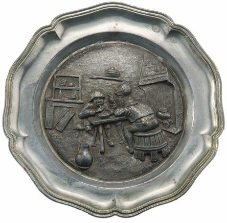 """купить Тарелка настенная декоративная с рельефным изображением """"В таверне"""", олово, Германия, 1970-1990 гг."""