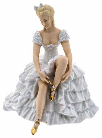 """купить Статуэтка """"Балерина, завязывающая пуанты"""", фарфор, роспись, мануфактура """"Schaubach-Kunst"""", Германия, 1953-1958 гг."""