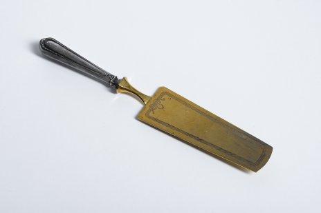 купить Лопатка сервировочная с рукоятью, декорированной рельефным орнаментом, серебро 84 пр. (ввозное клеймо), металл, Западная Европа, 1900-1913 гг.