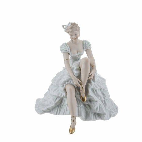 """купить Статуэтка """"Балерина, завязывающая пуанты"""", фарфор, роспись, мануфактура """"Wallendorf"""", Германия, 1960-1970 гг."""