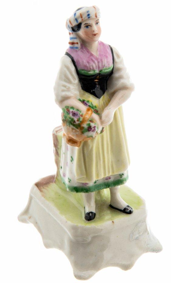 купить Статуэтка в виде девушки в национальном костюме с корзиной в руках, фарфор, роспись, Западная Европа, 1900-1930 гг.